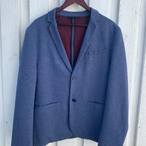 Utrolig lækker og blød jakke  Nypris 600kr Den er brugt 3-4 gange og fremstår derfor næsten som ny.