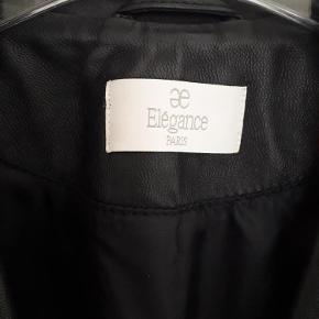 Brand: Elegance Varetype: Skindjakke 100% Læder Farve: Marineblå/Hvid Oprindelig købspris: 5600 kr.  Fantastisk Skindjakke/Blazer. Jakken er kun brugt 1 eller 2 gange Det er en smart og elegant jakke man kan have resten af livet. Passer perfekt både til kjole og jeans. Mål: underarm til underarm 60 cm enkeltsidet Længde 57 cm Ærme 62 cm Billedet med modellen er en lignende jakke jeg havde i sort. Modellen er 1,63 og en str. 46