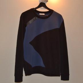 Versace Sweatshirt  Sort/Navy Versace Man FELPA Size S Regular fit Brugt meget få gange - meget god condition!  CLG-code: 582 036 876 363  Skriv til mig, før du køber!
