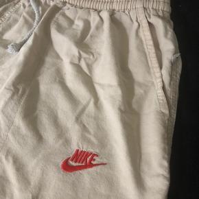 Sælger de her mega fede nike shorts, de er i en str. L, men kan også passes af en medium🧡
