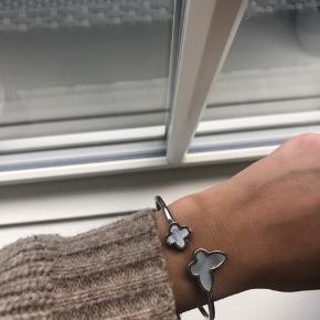 Festina armbånd  Sølv armbånd med lyseblå sommerfugl (eller lignende)   Måler ca 20-21 cm i omkreds  Stadig med prismærke