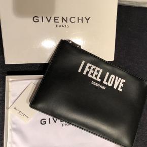 Varetype: Clutch Størrelse: Alm Farve: Sort Oprindelig købspris: 2750 kr.  Sælger mit Givenchy Clutch, da det ikke bliver brugt.  Det er en gave fra min far i 2016, så har ikke kvittering.  Men den er købt i Kassandra Cph, hvilket man kan se på det ene af billederne.  Æske og dustbag medfølger.   Mp. 1500,- (Bud under bliver IKKE set) Kan afhentes i Næstved, hvis den skal sendes er det på købers regning.