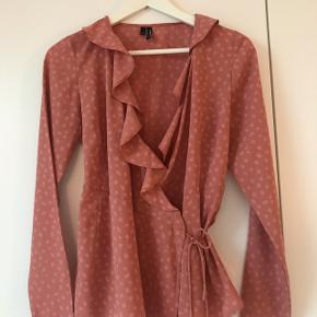 Lyserød slå-om-bluse fra Vero Moda. Kun brugt få gange. Stor i størrelse.