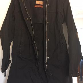 Super dejlige forårs- sommer- efterårs jakke sælges billigt, da den desværre er en anelse for stor til mig. Den har en masse smarte detaljer.  Mindstepris er 799 plus Porto