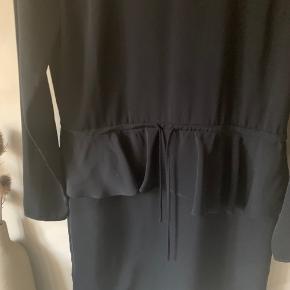 Kjole med flæs Knappelukningen i nakken sidder løst og er tæt på at gå op, men kan syes nemt på når det sker (altså selve Løkken og ikke knappen)