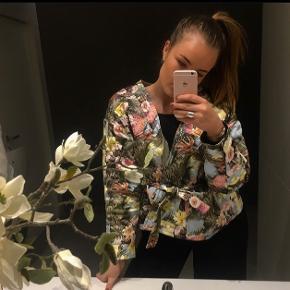 Fineste jakke fra H&M 🕊 Kan både bindes eller holdes åben.