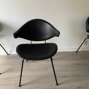 Rigtig flotte acura stole fra Ilva, de er brugt et år. Der er en lille fejl i læderet på den ene, kan være det kan fjernes.