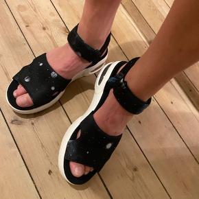 Sandaler brugt 2 gange. Sælges da de ikke er mig. Sneakerssandal med spacelign. mønster