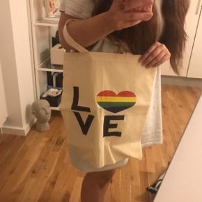 Superfint Pride stof net sælges - aldrig brugt.   Søgeord: indkøbsnet tote nettaske love is love