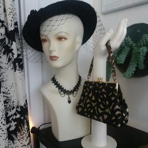 Vintage nytårs hat.  Sort med slør og blomst