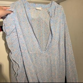 Sælger denne smukke kjole   Den er fra Vila, og nypris er 400kr.  Den er str M.  Underkjole følger med, i lyseblå, samme farve som kjolen.   Går ikke under 250kr  Det er en udgået model, og der er ikke lavet mange af dem.