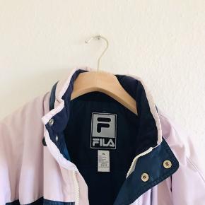 Vintage FILA jakke, i en afvasket lyserød. Utrolig fed! Er mærket XL, men kan også fitte str L. Der er nogle huller i lommerne.