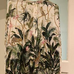 Skjorte med jungle mønster.