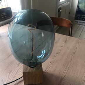 Jeg sælger denne unikke lampe, med en stor blå pære. Lampen skal hentes på vesterbro i Kbh. Jeg sender ikke, da jeg frygter at den vil gå i stykker.