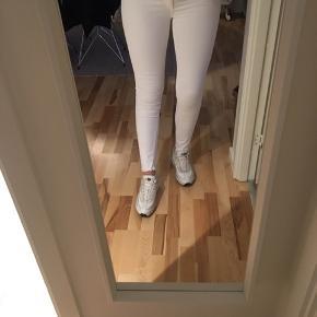 Hvide bukser str. Large, længde 34. Brugt en enkelt gang, men super behagelige og have på, masser stretch. • nypris 300.