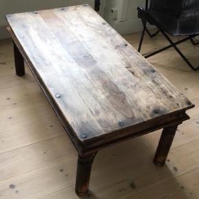Super fint antikt sofabord i planker. 120*60 cm.