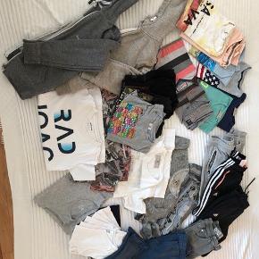 Stor pose med masser af velholdt tøj, som passer den 8-11 årige. Diverse mærker som Adidas, Converse, Molo, Petrol, Garcia, H&M og Zara. T-shirts (17 stk), undertrøjer (8 stk), hoodies med lynlås (2 stk) og bukser (5 stk). Sælges kun samlet og til god pris, 300kr (mindre end 10kr pr.stk). Mødes og handles - sender ikke.