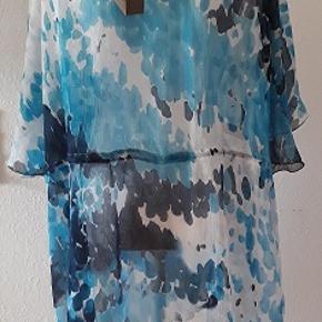 Sød tunika fra Cellbes Comfort fashion. Er i meget stor størrelse , Curves model   , Størrelse  54/56 Materiale   100% polyester   Længde fra nakken  - 82 cm Brystmål - 142 cm Tunika er ny
