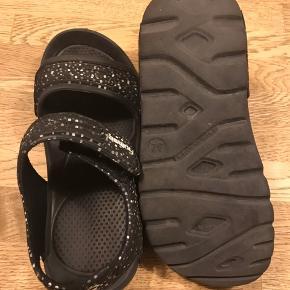 Str 32  Hummel sandaler, brugt på ferie i sommers så fin stand, måler ca 19-19,5cm, 75kr pp