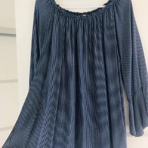 Smuk bluse fra New Collection i marineblå og hvid. Størrelsesmærket er klippet ud, men jeg husker at det er en str. L. Jeg bruger str. L og passer den fint. Lidt loose model. 100% viskose Elastik i halsen så den kan også sættes ud over skulderen.