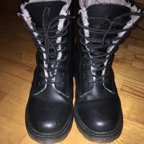 Velholdte støvler fra Firefly. Kun en lille smule slidte inde i venstre støvle ved hælen. Pris er uden Porto. Kan sendes på købers regning eller hentes i Helsingør.