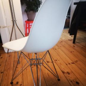 Sælger 4 hvide spisebordsstole samlet.  Stolene har en hvid skal og et krom stel. De er en efterligning af Eames stolene, og er i sin tid købt fra England.  Sæde højden er på 45 cm.  Stolene fejler intet og fremstår alle fire i flot stand.  Materialet gør dem super nemme at rengøre.  Prisen er for alle fire stole.   Kom gerne med et bud.