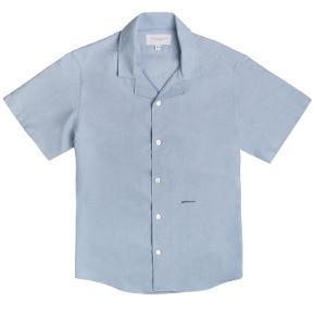 Sælger denne lækre og stilede kortærmet skjorte fra det danske modemærke, Appearance. Den er aldrig brugt og kostede 800,-  Byd!