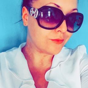 Sorte Gucci solbriller sælges, der mangler to sten en på hver side. Kan afhentes i kirke Hyllinge, Holbæk eller Roskilde. Tilbehør haves desværre ikke mere, derfor den lave pris..