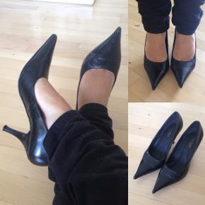 Bianco højhælede sko i ægte skind i str. 35. Brugt 2 gange indendørs. Er som nye.