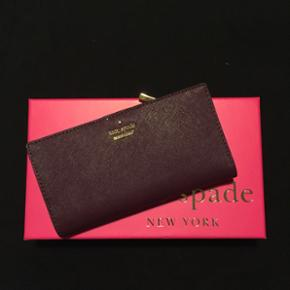 Helt ny Stacy pung fra Kate Spade i flot farve.  Jeg har fået den i gave fra familie i USA, men sælger da jeg allerede har en.   Nypris 700kr - giv et bud.