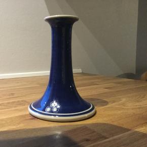 Sebastian stentøjs lysestage blå. 15 cm. Meget god stand.