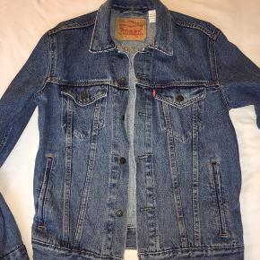 Levis jakke, str. small  Brugt få gange, så den er næsten som ny