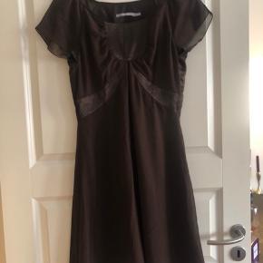 Fantastisk kjole i en flot brun farve aldrig brugt.