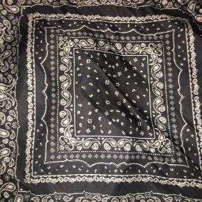 Sort bandana printet tørklæde fra h&m kan bruges som hårbånd også.