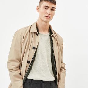 Sælger denne stilede og lækre frakke fra det populære danske modemærke, minimum. Aldrig brugt. Passer perfekt til foråret/sommeren. Ny pris 1400.-   Byd'