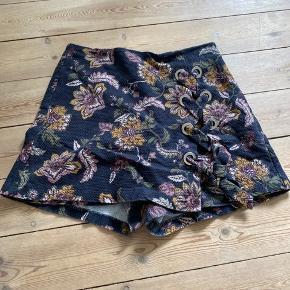 Super fine shorts som ligner nederdel fortil 100% bomuld