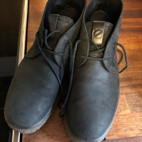 Super lækre ørkenstøvle fra Ecco i flot farve som faktisk er sort men med et grønlige stref.  Har fået den helt store tur i forretningens inpreneringsmaskine men aldrig brugt rigtigt. Kun med inde.