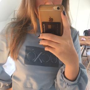 Fedeste sweatshirt fra hunkemöller i smuk blå farve. Kun brugt 1 gang.