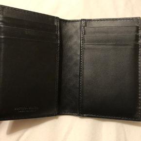 Bottega Veneta Nero Intrecciato kortholder/pung i sort. Brugt meget få gange - fremstår derfor som ny. Købt i New York. Kvittering medfølger. Koster omkring 2700 fra ny. Helst mødes og handle på Vesterbro.