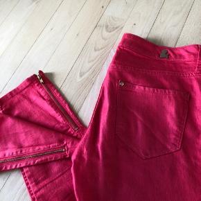 Slim Hvide jeans i str 34 og koral røde ankel jeans med lynlås i str 26