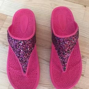 Ilse Jacobsen klip klap str. 39.  - nye og stadig med tags.  Farven er pink med multifarvet glimmer.  Sælges for 250kr pp - handler via MobilePay eller køber betaler gebyr.