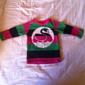 Varetype: Bluse Farve: Pink,  grøn,  marine blå Oprindelig købspris: 250 kr.  Super fin og blød bluse fra Danefæ, som min datter kun fik brugt få gange desværre. Blusen fejler derfor intet.