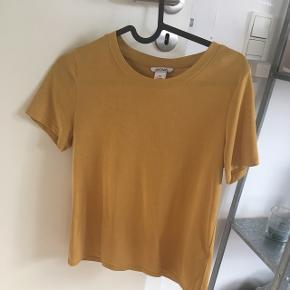 T-shirt i orange farve fra monki i str.xs, næsten aldrig brugt.