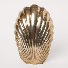 Flot H&M Home muslinge vase i guld sælges da jeg ikke synes den passer ind hos mig.  Har aldrig haft blomster eller vand i. Der er enkelte mærker på som dog har været der siden jeg købte den.  Kan hentes i Ørestad Syd/Amager eller sendes med DAO.