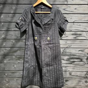 Fin kjole med flere flotte detaljer.   Brystmål: 100 cm Længde: 93 cm  Sender gerne med DAO, men du kan også hente kontaktfri med mobilepay😊