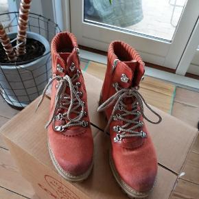 Lækre forede ruskinds støvler. Brugt 2 gange - perfekt stand. Original kasse medfølger.