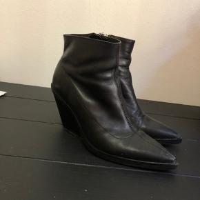 Spidse støvler med hæl fra Zara i str. 39, er som nye.