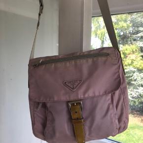 Rigtig fin vintage taske fra Prada.  Den er blevet brugt og elsket en del, men har stadig en masse liv tilbage 🌼  Den er affarvet nogle steder (se billeder) Og så har den en plet bagpå.  Prisen er fast og jeg bytter ikke 🌸