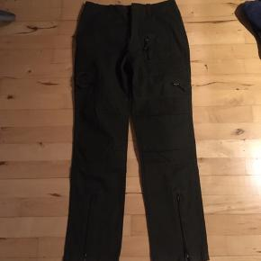 Flotte army bukser med en del lommer og lynlås i benene. Bukserne sælges, da de desværre er for små. passer en str 36. Kan bruges til arbejde eller til outdoor.