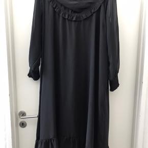Lækker chiffon kjole med viscose Jersey foer .  Kun brugt en gang , så den er som ny.  Str L ( 50-52 )
